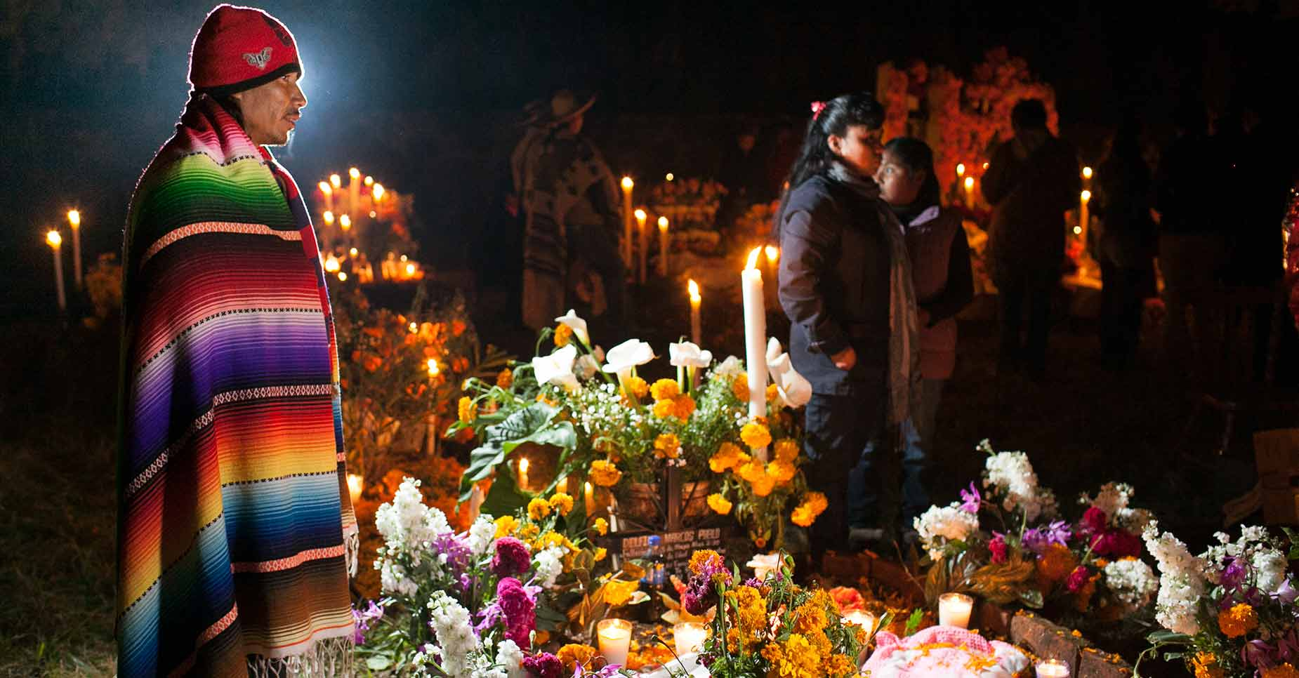 Personas durante la Noche de Muertos en Michoacán